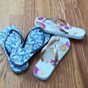 2 pair of flip flops